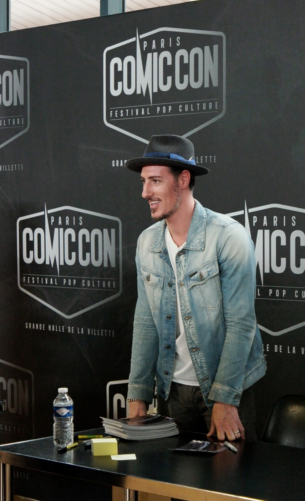 Eric Balfour Haven 24 Six Feet Under actor signing session Comic Con Paris festival 2015 séance dédicaces La Grande Halle de la Villette photo united states of paris blog