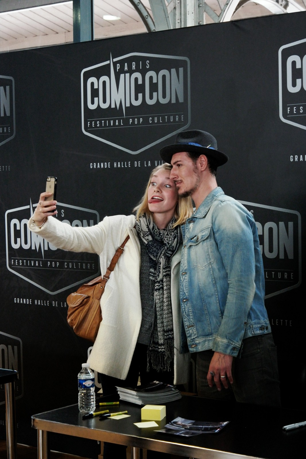 Funny selfie with Eric Balfour Haven 24 Six Feet Under actor signing session Comic Con Paris festival 2015 séance dédicaces La Grande Halle de la Villette photo united states of paris blog
