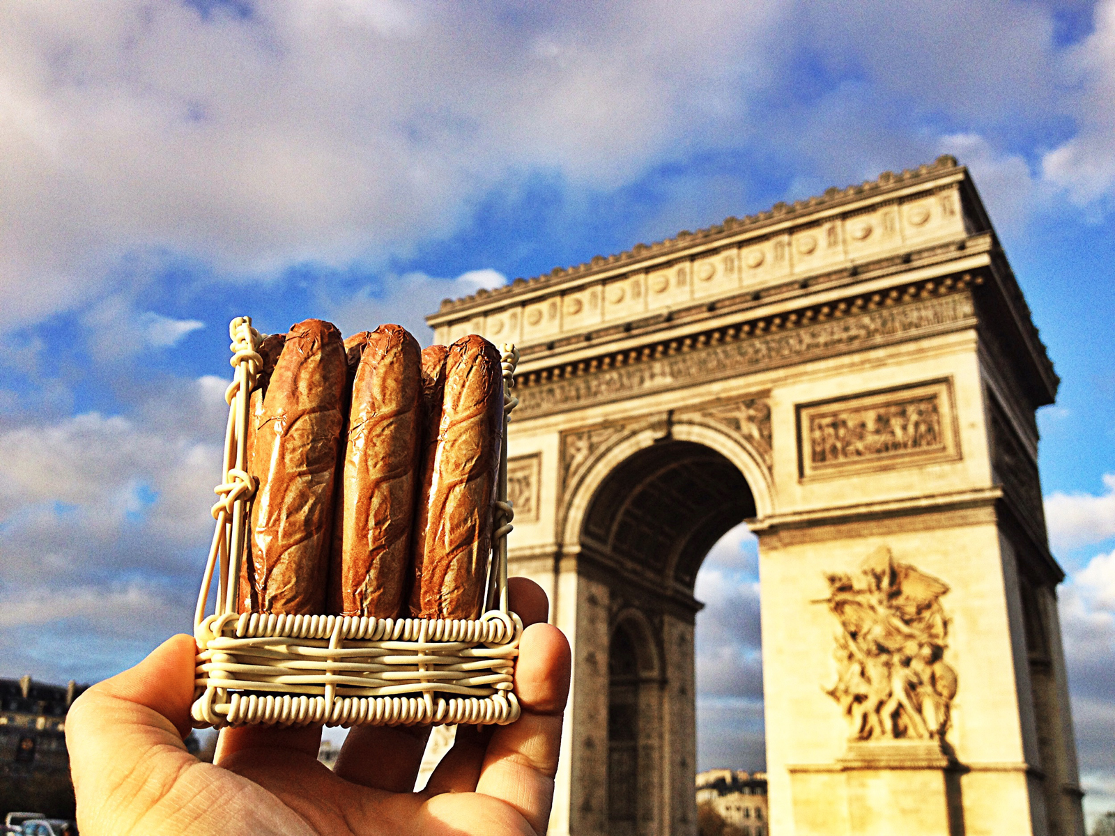 Baguettes en chocolat au lait milk chocolate french baguette devant Arc de Triomphe Champs Elysées manufacture Michel Cluizel chocolatier Damville photo united states of paris usofparis