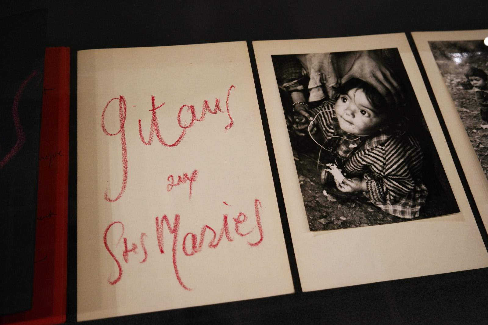 """Plaquette """"Gitans aux Saintes-Maries-de-la-mer (détail), Atelier Lucien Clergue, collection Bernard Perrine"""
