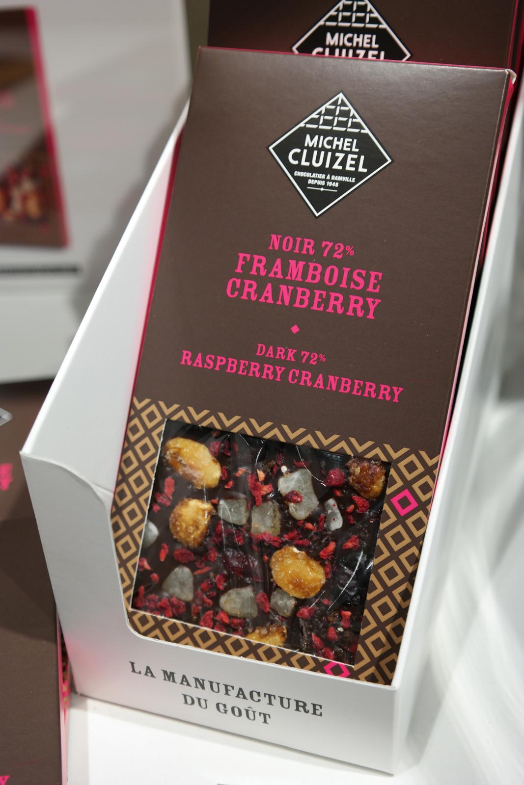 Tablette chocolat noir 72 avec pépites de framboises, cranberries cranberry, dés de citron et éclats amandes caramélisées Michel Cluizel chocolatier manufacture photo usofparis blog