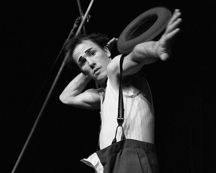 Jamie Adkins artiste jongleur américain à paris spectacle Circus Incognitus bouffes parisiens