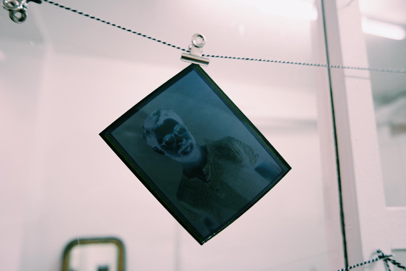 Négatif-dun-tirage-Polaroïd-du-photographe-David-Haffen-séance-photo-en-studio-montorgueil-ou-dans-la-rue-pic-by-united-states-of-paris-usofparis-blog