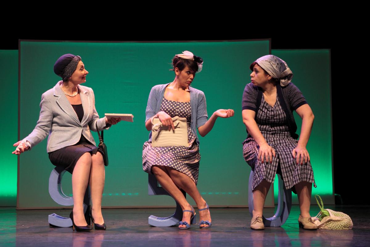 Photo de scène nouveau spectacle Et pendant ce temps Simone Veille de Trinidad avec Agnès Bove Serena Reinaldi et Fabienne Chaudat Studio Hébertot Paris affiche pièce