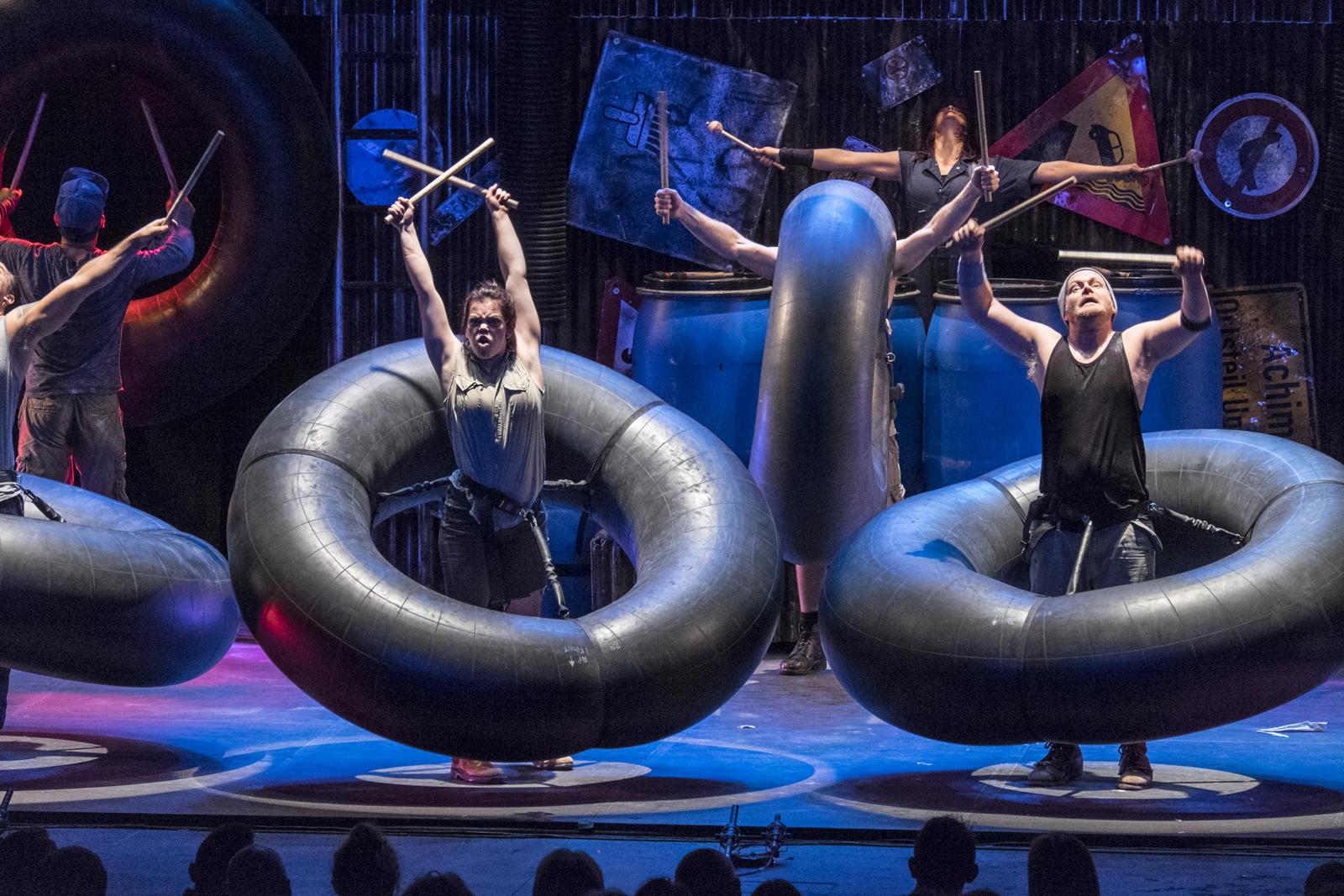 STOMP show spectacle au Casino de Paris reprise janvier et février 2016 france danse musique théâtre numéro avec chambre à air de camion