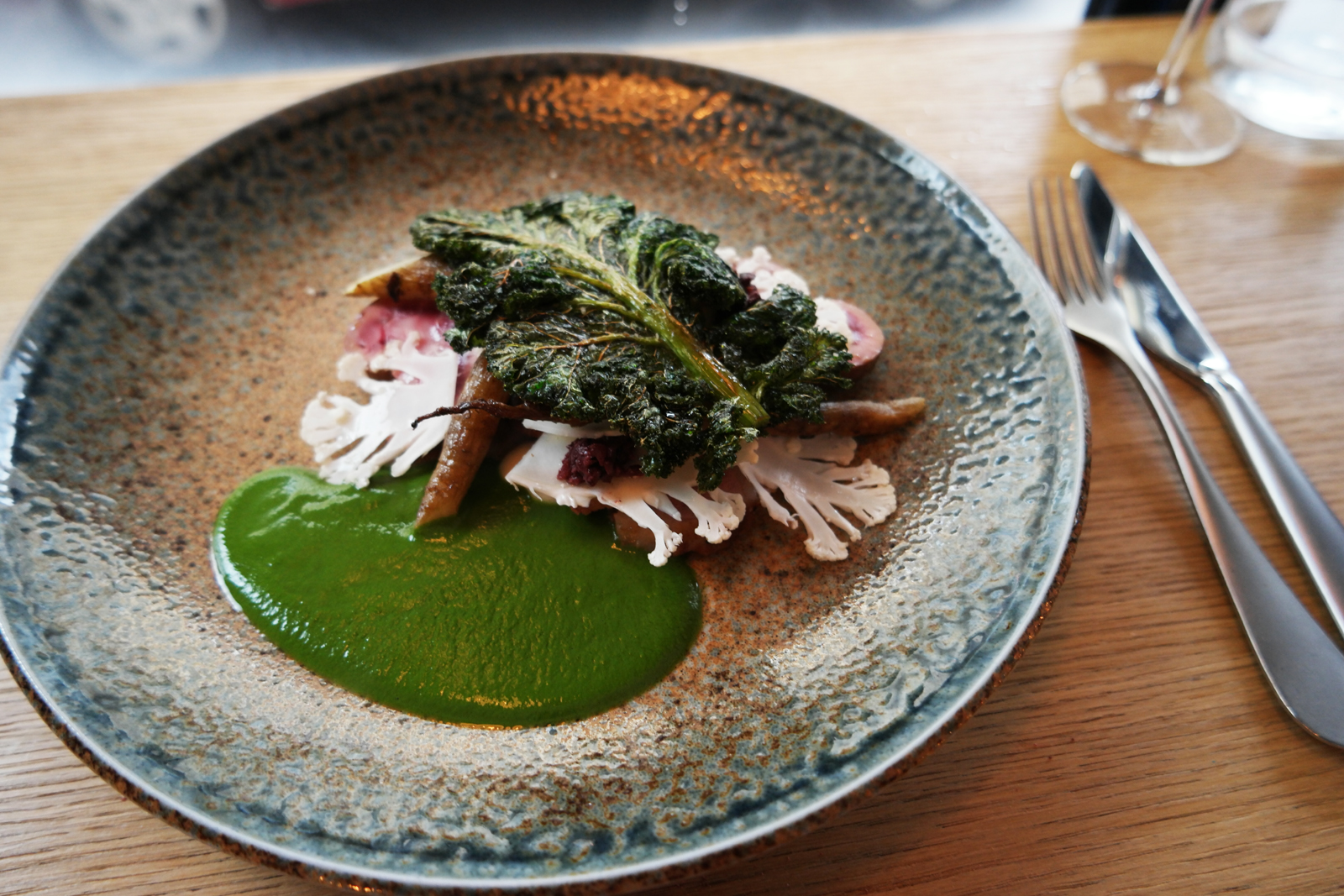 Salt Restaurant Paris chef Daniel Morgan Gigot d agneau rôti salsifie émulsion de kale olives de Kalamata ail plat à la carte formule déjeuner 6 rue Rochebrune 11e photo usofparis blog