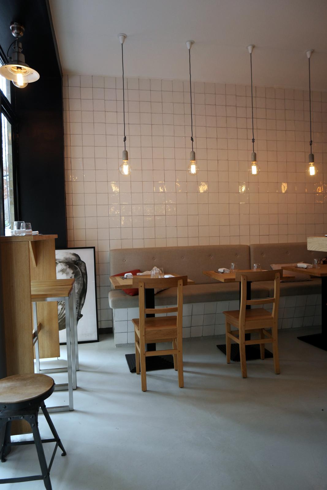 Salt Restaurant Paris intérieur design avec tables basses et hautes salle au déjeuner 6 rue Rochebrune 11e photo usofparis blog