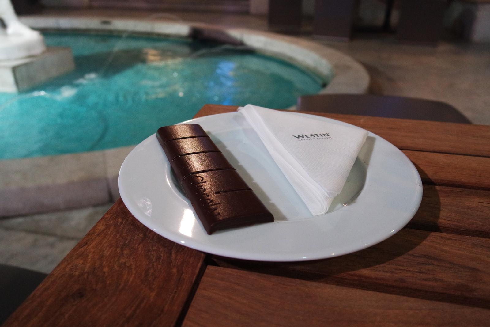 Barre de chocolat dégustation Oeuf de Pâques QUETZALCOATL par Ken Thomas chef patissier The Westin Paris Vendôme cour intérieure hôtel photo usofparis blog