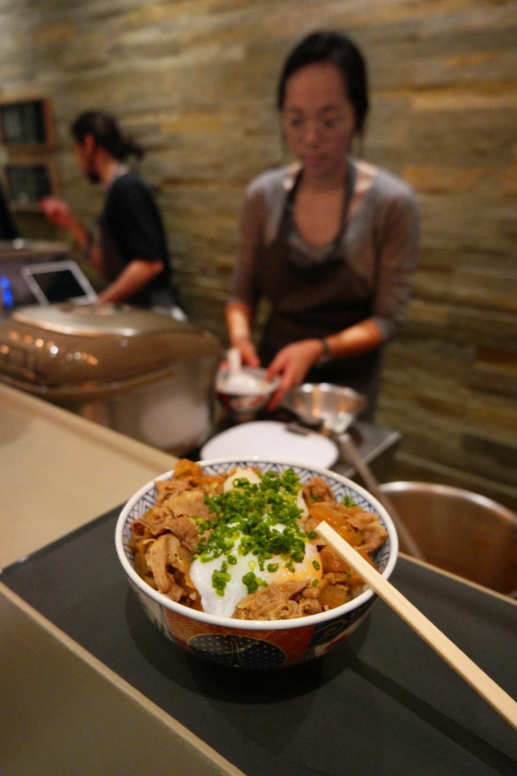 Cuisine japonaise restaurant japonais Oishinoya maison du très bon gyudon bol de riz viande Passage des Panoramas photo usofparis blog
