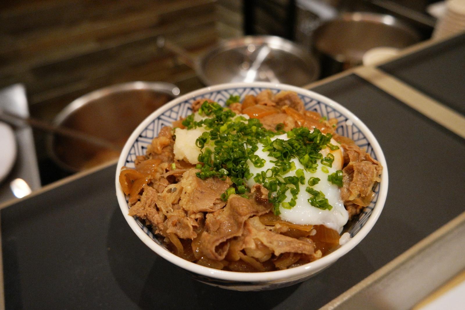 Guydon bol de riz chaud avec bouillon parfumé avec viande Restaurant japonais Oishinoya Paris photo usofparis blog
