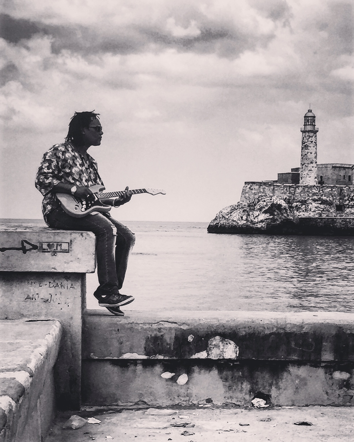 Guitariste sur la jetée Malecon digue nord La Havane Habana Cuba guitarist photo usofparis travel blog voyage amérique du nord