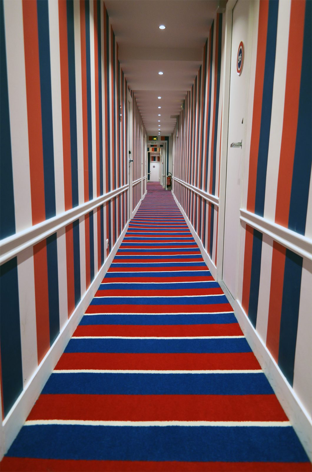 Le 34B hotel astotel paris 34 rue Bergere 75009 tricolor corridor french design photo usofparis blog
