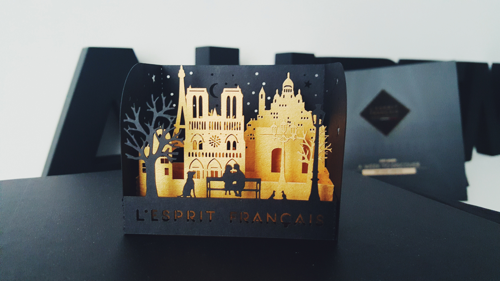 Coffret L esprit francais gift box collection Paris Pop Card carte postale french style the best way experience the parisian lifestyle eiffel tower lovers Notre Dame photo usofparis blog