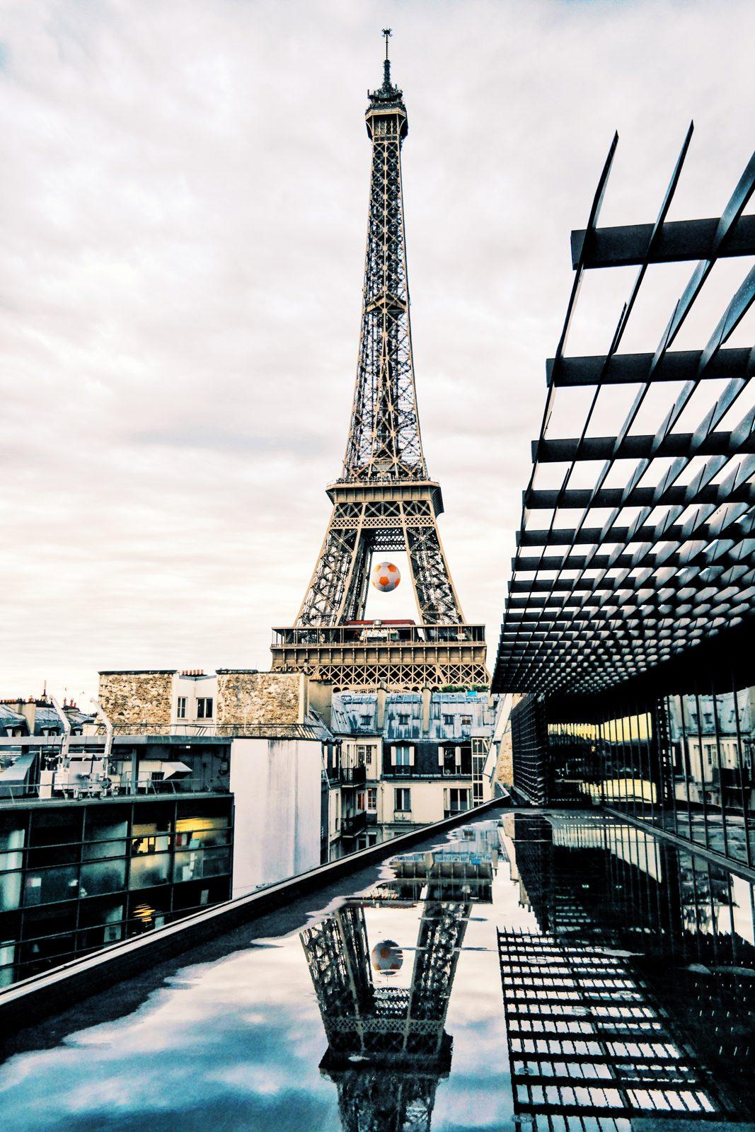 La Tour Eiffel Tower depuis le toit terrasse du Musée du Quai Branly Jacques Chirac museum rooftop paris jeu de reflet photo du mois by usofparis blog