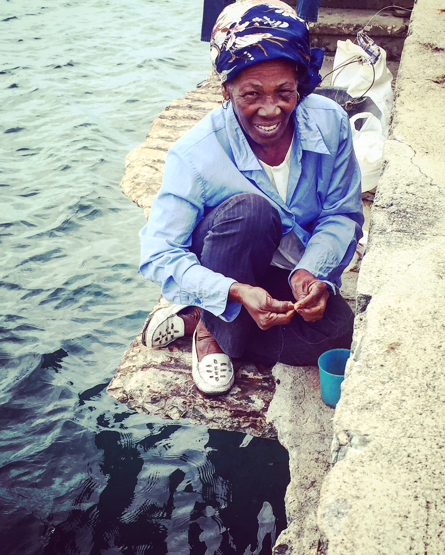 Pour survivre, de nombreux Cubains pêchent. Comme ici, avec cette femme d'une cinquantaine d'années à Cienfuegos.