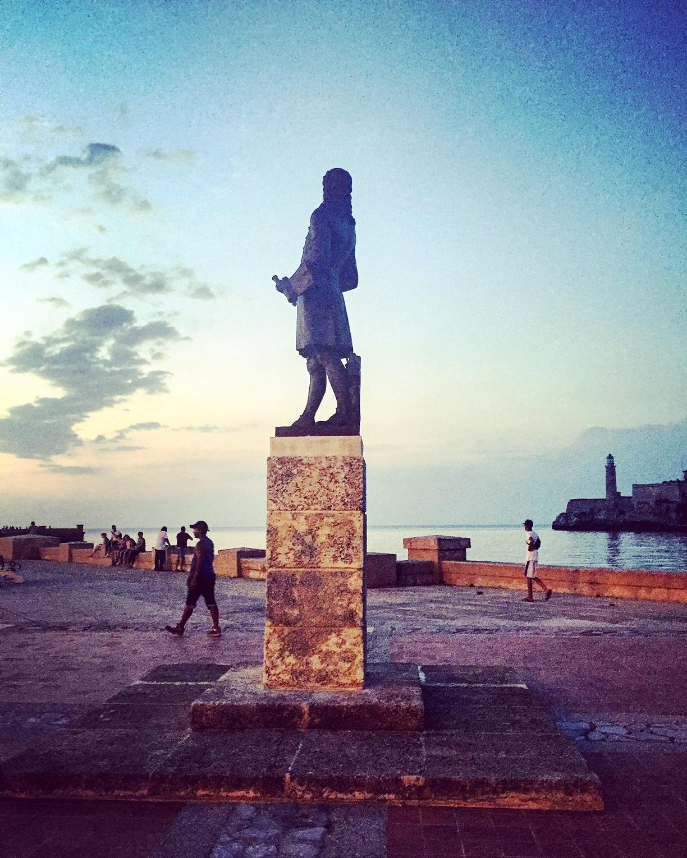 Statue jetée digue Le Malecon tombée de la nuit nord La Havane La Habana Cuba photo usofparis travel blog voyage amérique du nord