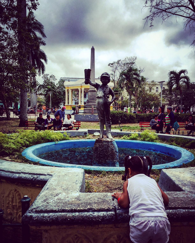 Une petite fille joue dans le Parque Vidal à Santa Clara, ville où repose le Che