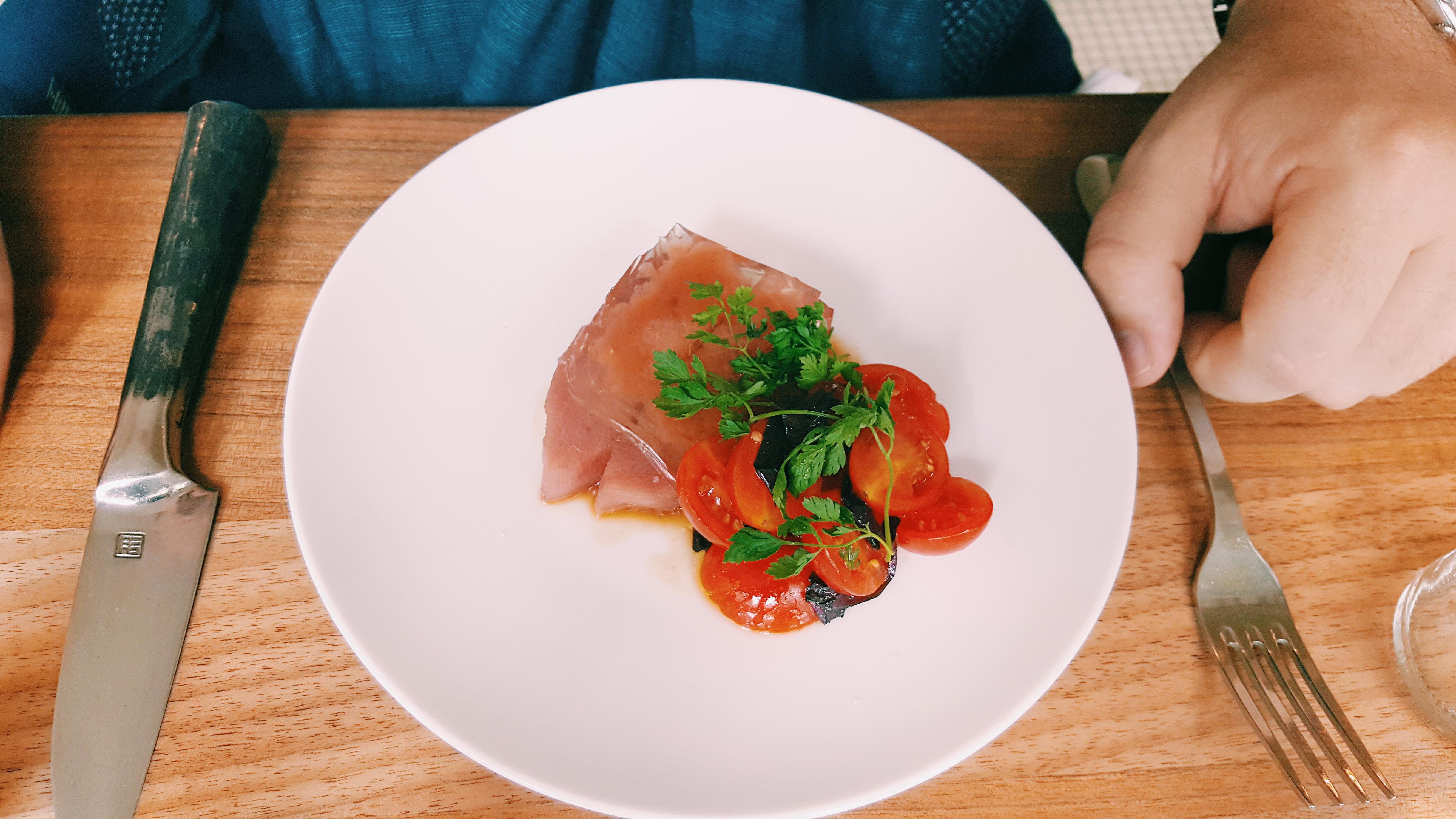 Ventrèche-de-thon-cru-gelée-de-tomate-piment-chisot-Le-Servan-restaurant-Paris-11e-entrée-menu-diner-food-photo-usofparis-blog