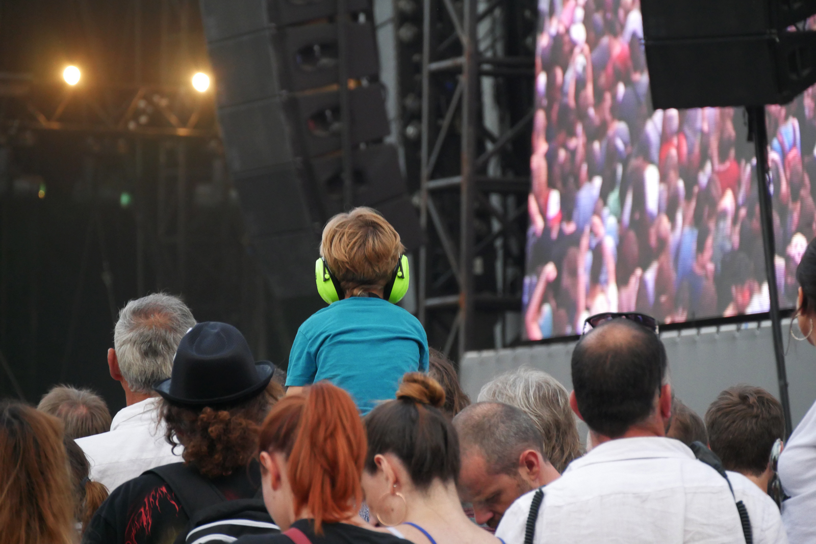 Enfant public Rock en Seine festival musique domaine national de saint cloud néons dans la nuit photo usofparis blog