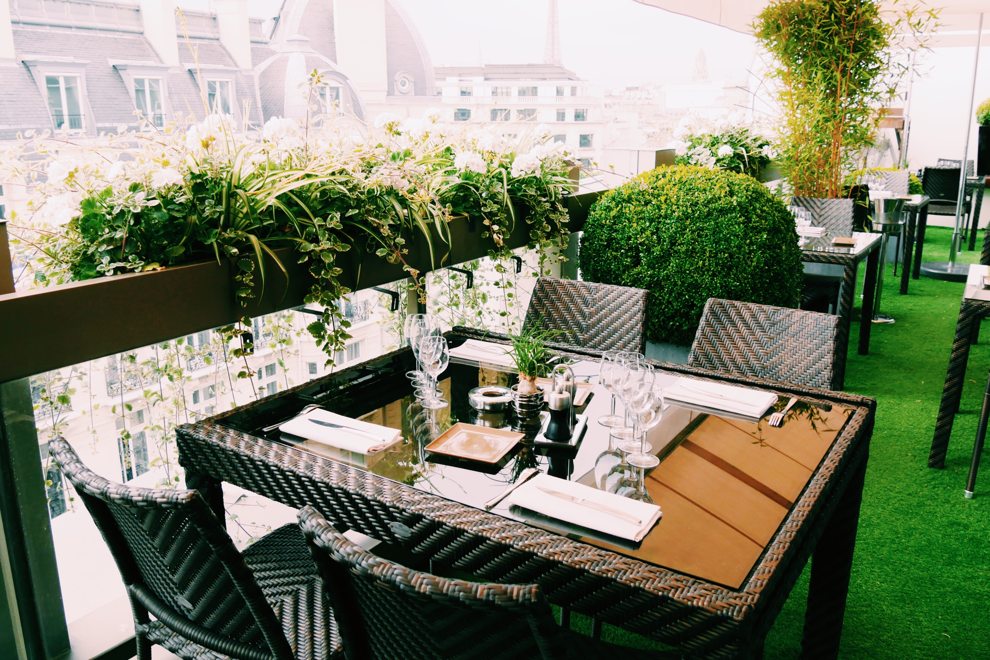 Restaurant-Le-W-rooftop-bar-déjeuner-diner-brunch-Hôtel-Warwick-Paris-Champs-Elysées-terrasse-terrace-photo-usofparis-blog