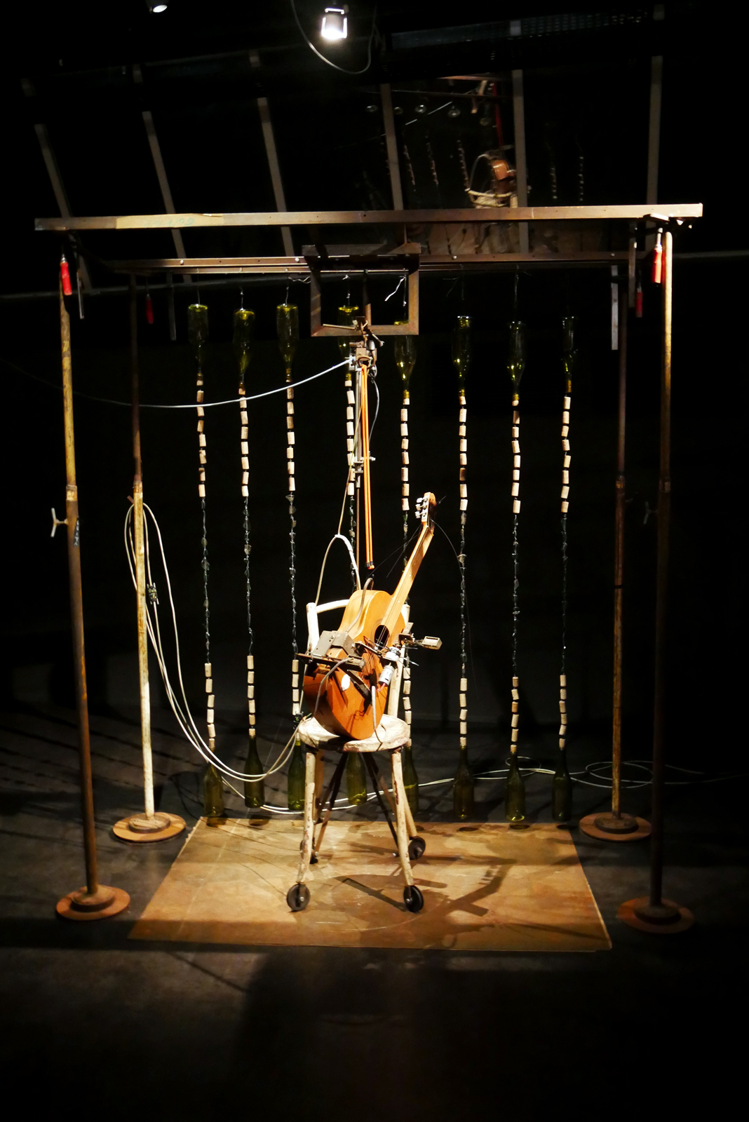 gilbert-peyre-chaise-et-guitare-2009-electropneumatique-halle-saint-pierre-paris-exposition