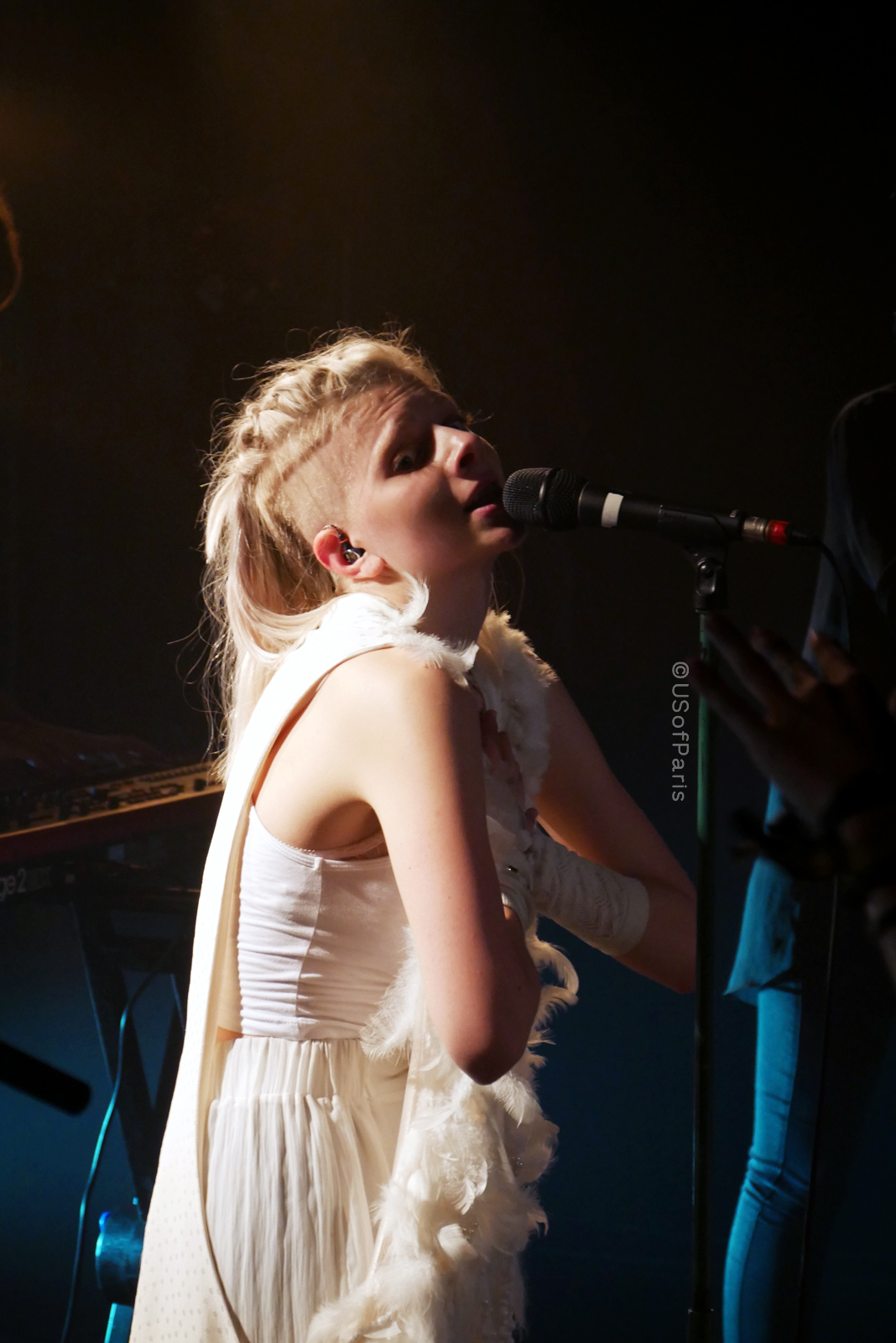 aurora-music-aksnes-singer-chanteuse-live-concert-paris-france-stage-photo-usofparis-blog