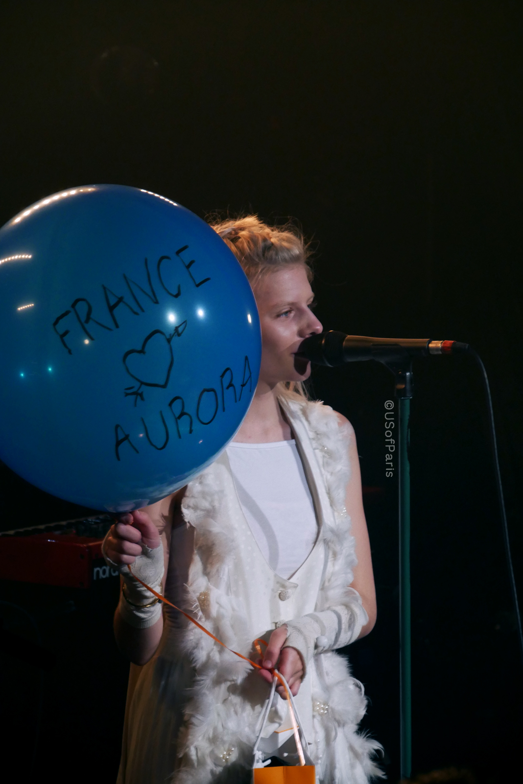 aurora-music-live-concert-paris-la-maroquinerie-balloon-french-fan-gift-stage-photo-usofparis-blog