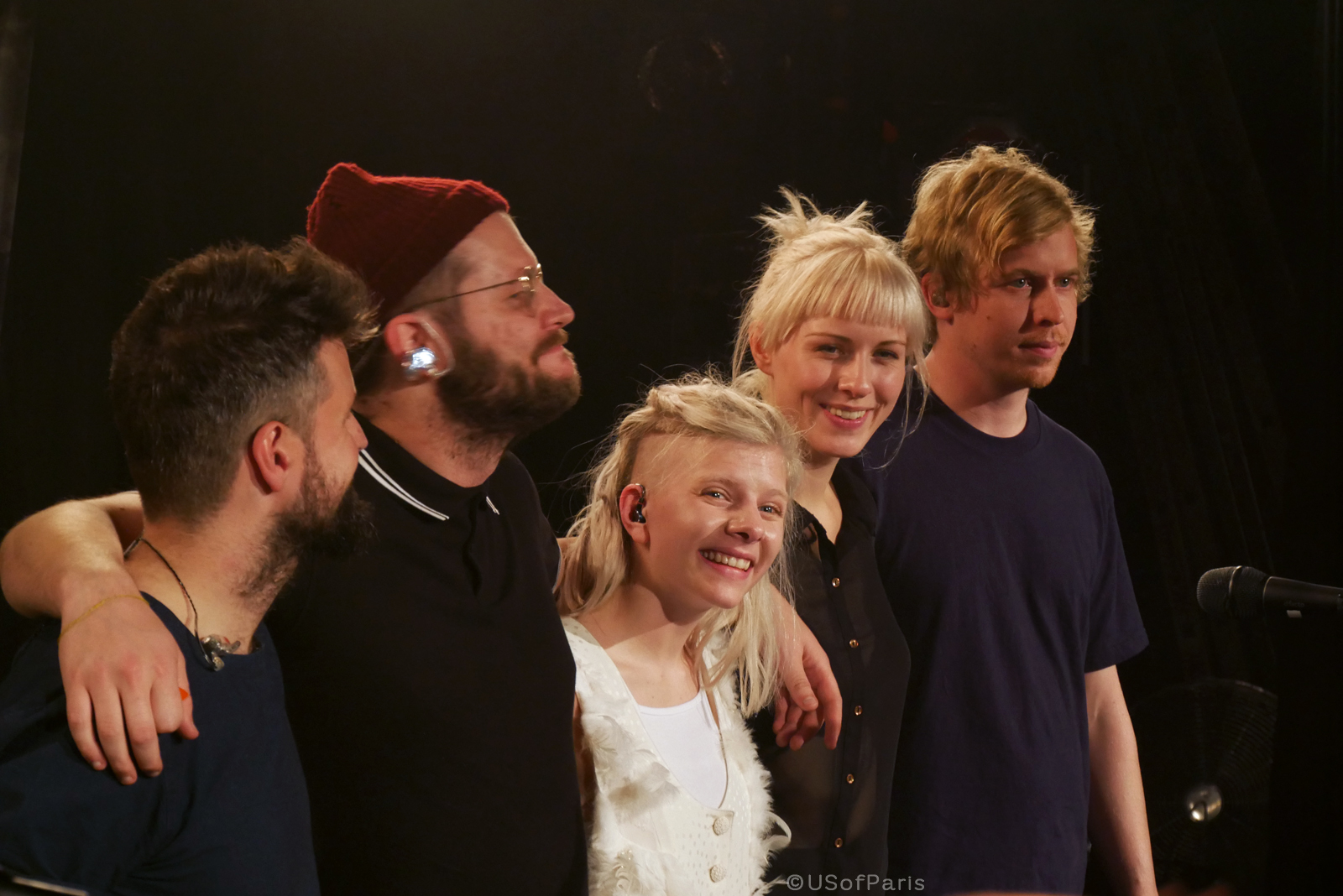 aurora-music-singer-smile-with-her-band-magnus-skylstad-concert-live-paris-stage-photo-usofparis-blog