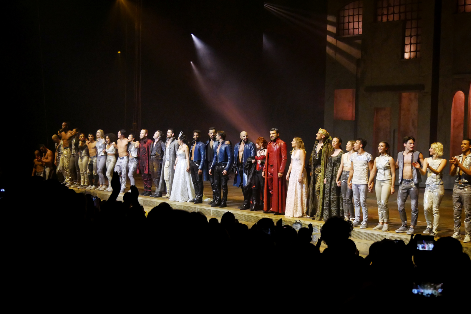 les-3-mousquetaires-le-spectacle-comedie-musicale-salut-troupe-oliver-dion-brahim-zaibat-damien-sargue-victoria-photo-scene-usofparis-blog