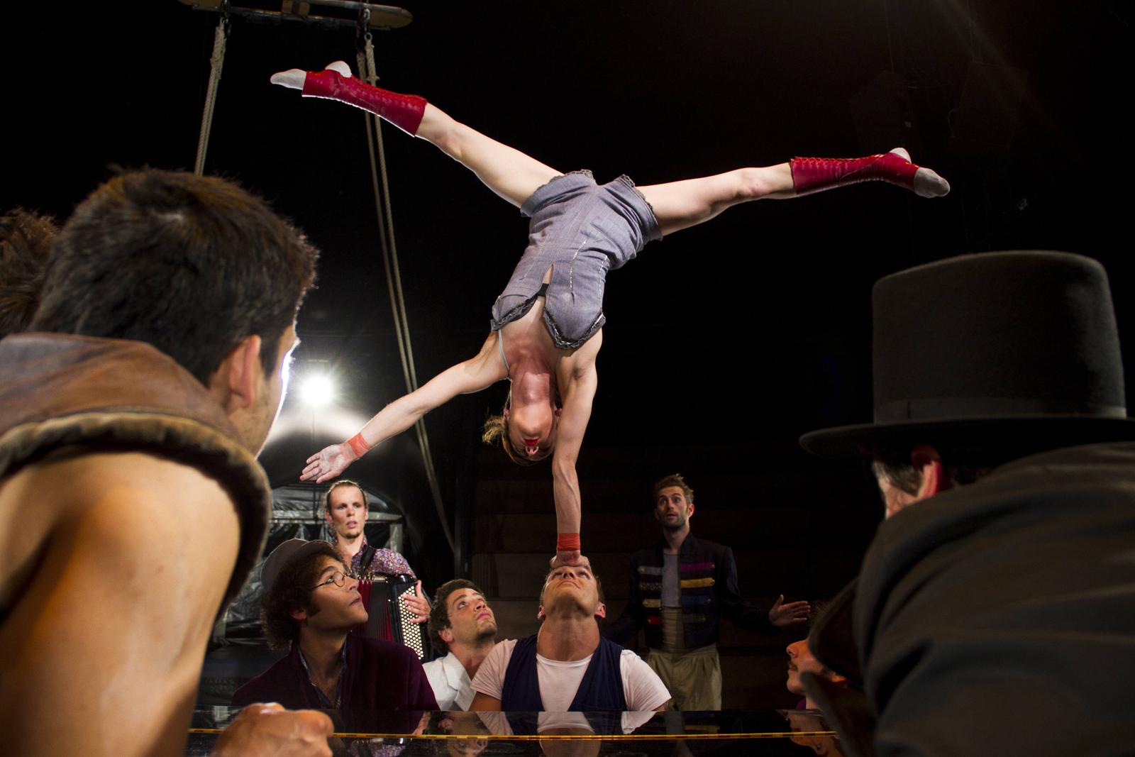 klaxon-spectacle-de-cirque-compagnie-akoreacro-chapiteau-la-villette-paris-photo-niels-benoist