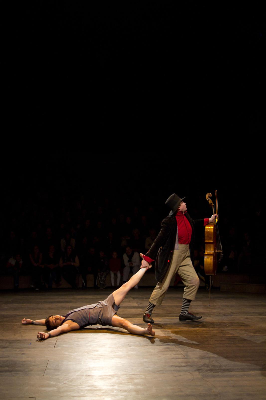 klaxon-akoreacro-spectacle-cirque-sous-chapiteau-musicien-et-circassien-photo-niels-benoist