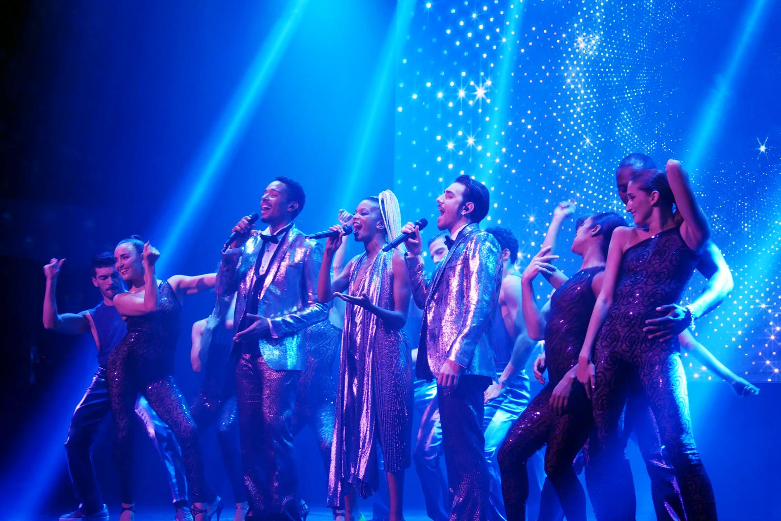 saturday-night-fever-le-spectacle-comedie-musicale-fievre-du-samedi-soir-chanteurs-danseurs-photo-scene-usofparis-blog