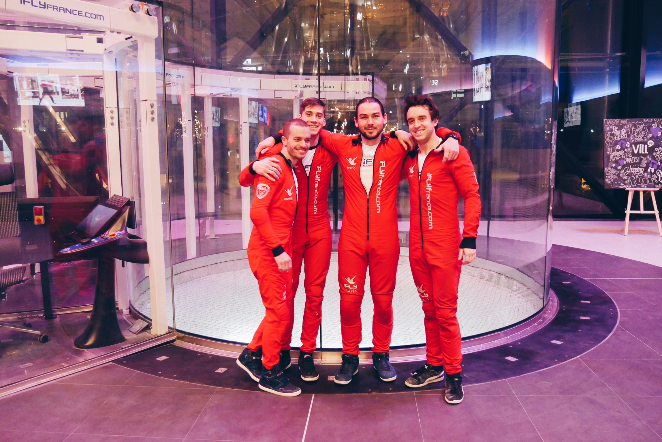 Vill-Up-équipe-moniteurs-simulateur-chute-libre-indoor-Ifly-France-La-Villette-Paris-photo-usofparis-blog