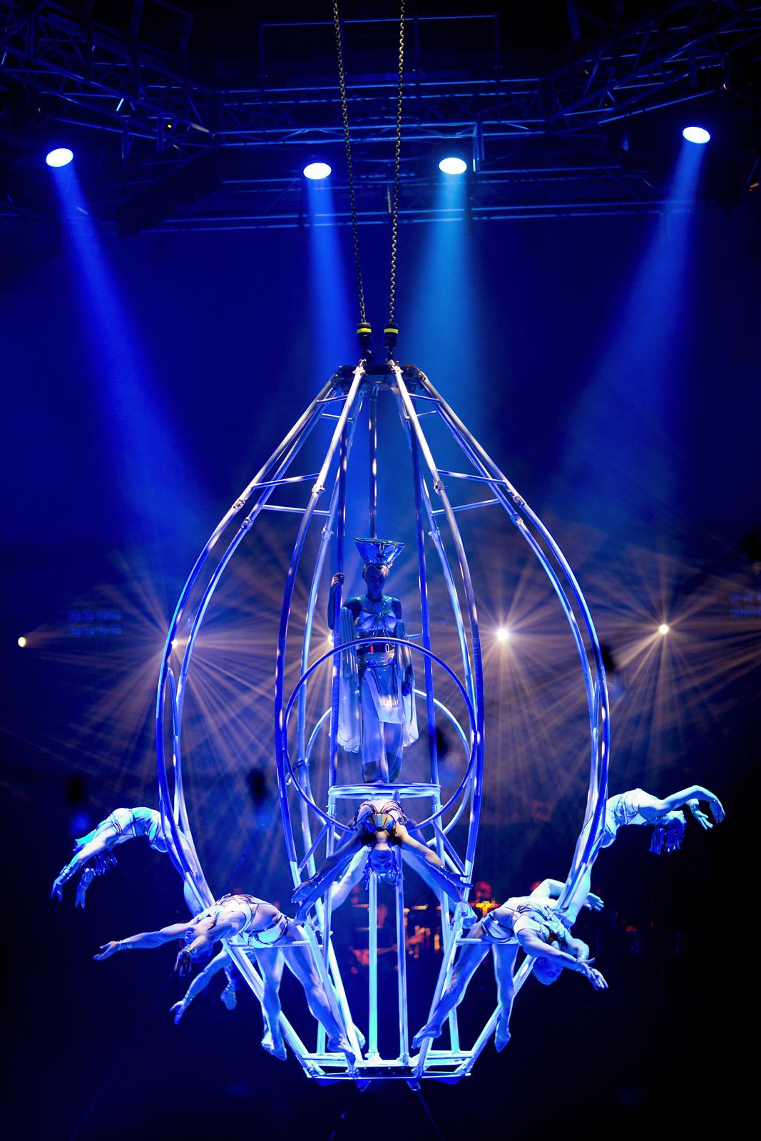 cie-les-farfadais-numero-hommage-posthume-a-icare-spectacle-quintessence-cirque-alexis-gruss-photo-karim-el-dib