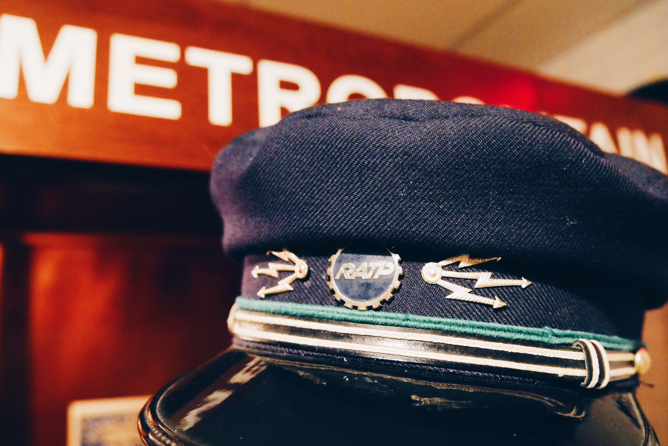 Poursuite-dans-le-métropolitan-aventure-Escape-Hunt-Paris-live-Escape-Game-casquette-RATP-vintage-photo-usofparis-blog