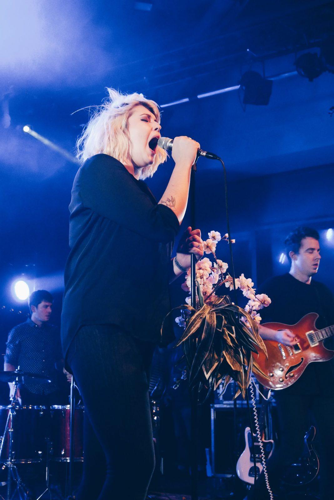 Raphaëlle-chanteuse-groupe-Metro-Verlaine-concert-Trans-Musicales-2016-festival-photo-scène-usofparis-blog