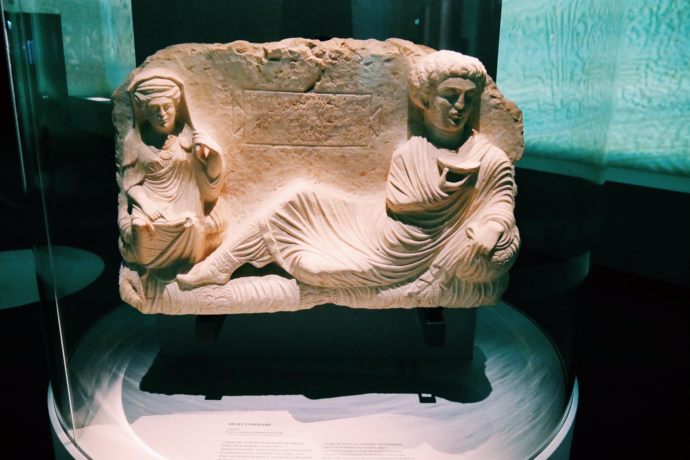 Relief-funéraire-calcaire-Palmyre-Musée-du-Louvre-Exposition-Sites-Eternels-Grand-Palais-Paris
