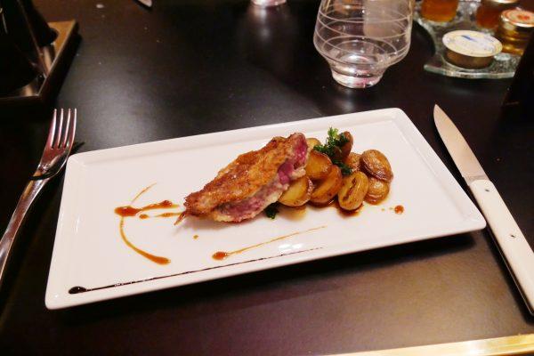 Brunch restaurant le W Hôtel Warwick Paris plat picatta de boeuf grenailles romarin photo usofparis blog