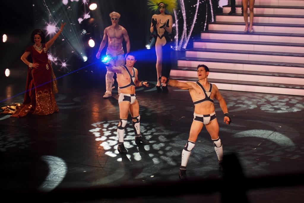 MUGLER FOLLIES 100ème centième Le Comédia Spectacle Manfred Thierry Mugler cabaret live paris show girls numéro glamour sangles artistes