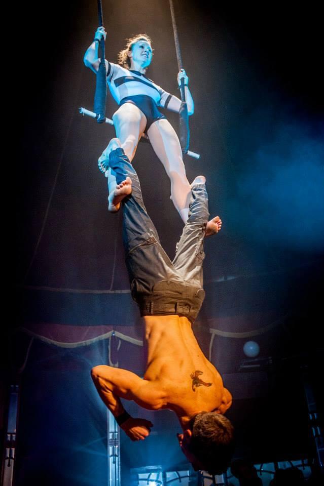 Spectacle Beyond by compagnie Circa numéro de trapèze Festival Nuits de Fourvière Lyon Magic Mirror cirque