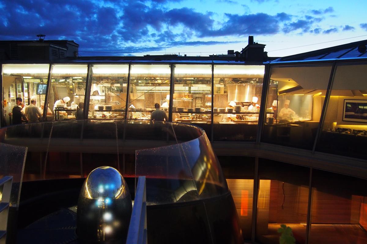 Vue-sur-les-cuisines-du-Restaurant-39V-avenue-George-V-nuit-rooftop-design-chef-Frédéric-Vardon-photo-by-United-States-of-Paris-Blog