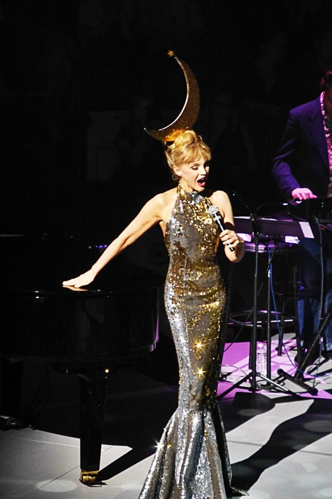 Arielle Dombasle chanteuse invitée Cabaret New Burlesque show spectacle Cirque d'Hiver Paris Festival Ile de France photo by United States of Paris blog
