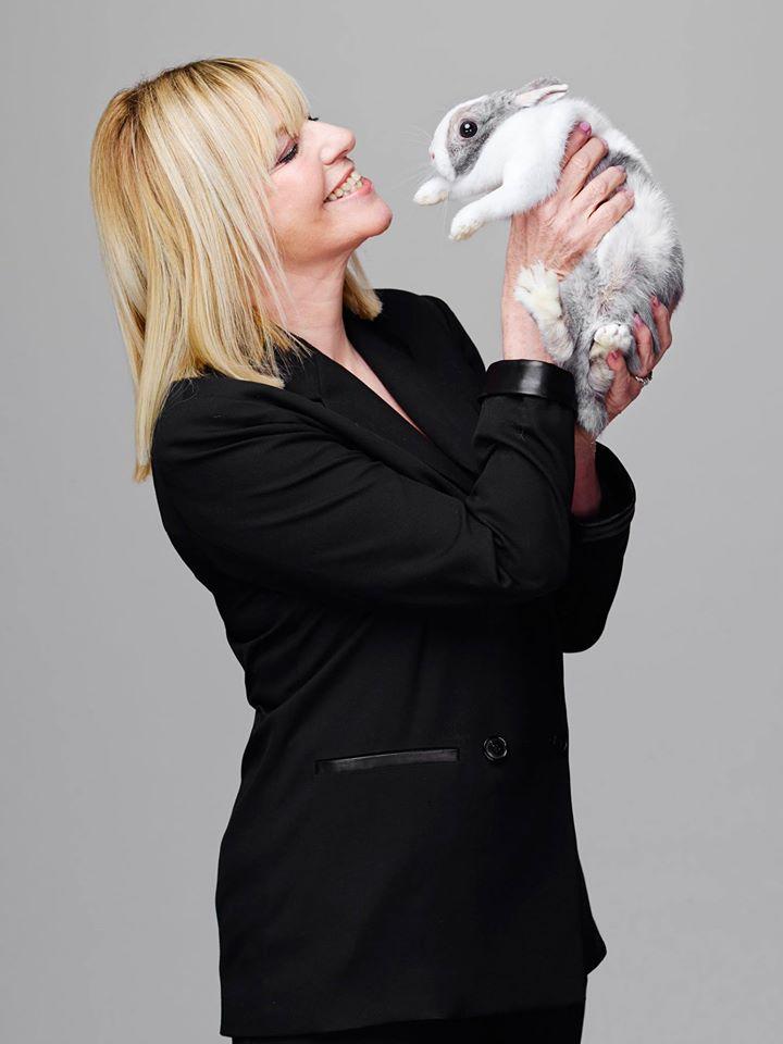 Chantal Ladesou avec le lapin Nelson pièce au Théâtre de la Porte Saint-Martin humour spectacle comédienne droits réservés