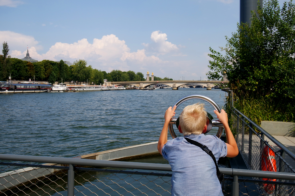 Jeune-garçon-regardant-la-Seine-Berges-Paris-été-summer-city-street-photography-nx-mini-camera-samsung-imagelogger-photo-by-United-States-of-Paris-blog