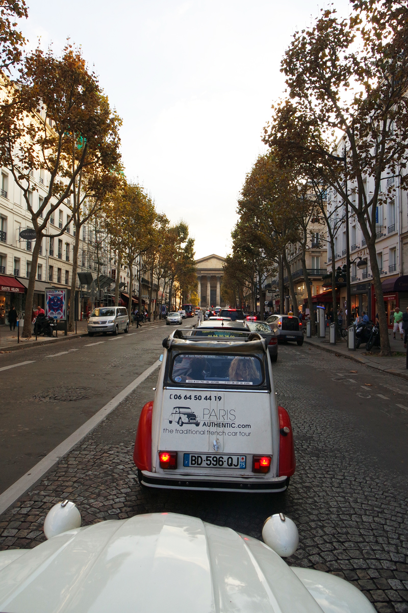 Paris-authentic-visite-balade-insolite-en-citroen-2CV-voiture-vintage-vue-Eglise-de-la-Madeleine-rue-rentrée-culturelle-avec-Office-Tourisme-de-Paris-photo-by-United-States-of-Paris-blog