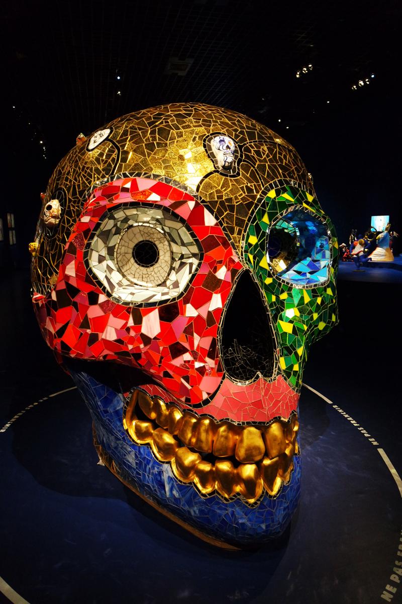 Skull meditat on room 1990 Niki de Saint Phalle mosaique de verre de de miroir céramique feuille d'or Sprengel Museum Hanovre exposition Grand Palais photo by United States o Paris blog