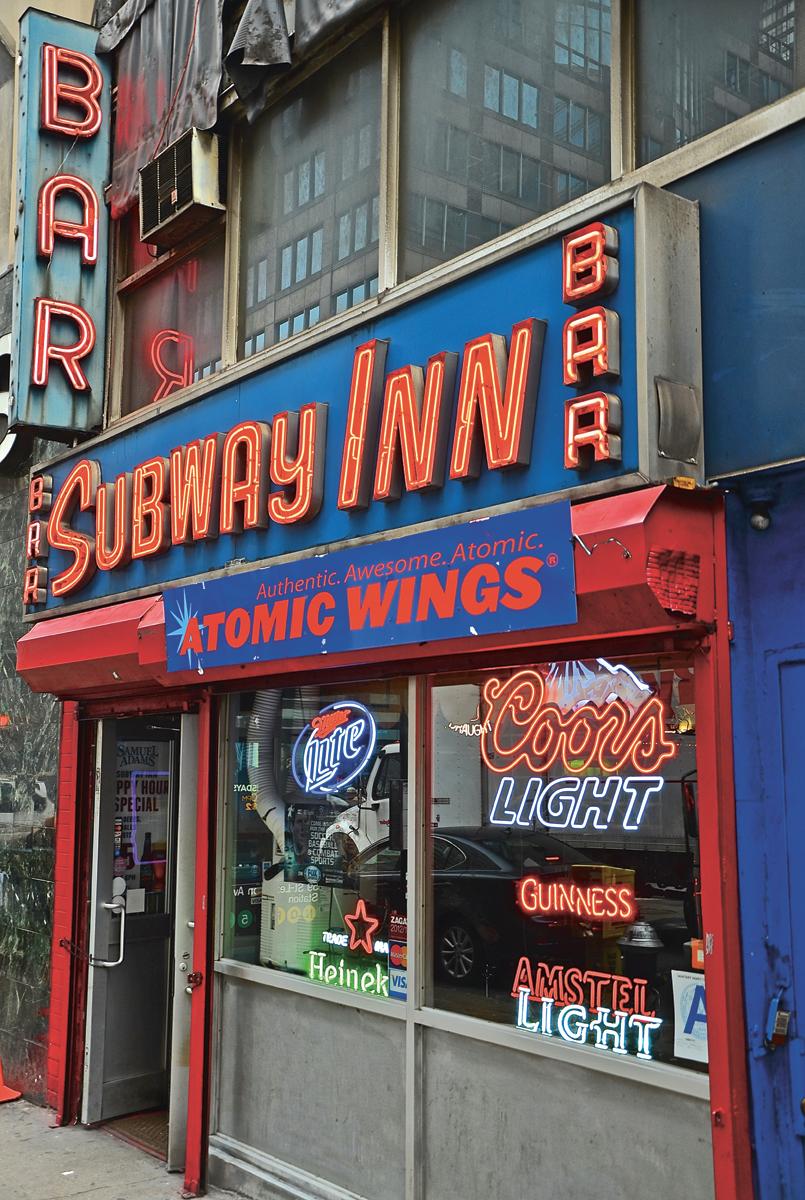 Subway Inn dive bar Manhattan Le New York des new-yorkais Karim Geist Les Guides des éditions du Chêne photo guide city tour by © Alex Ramniceanu et David Brodeur