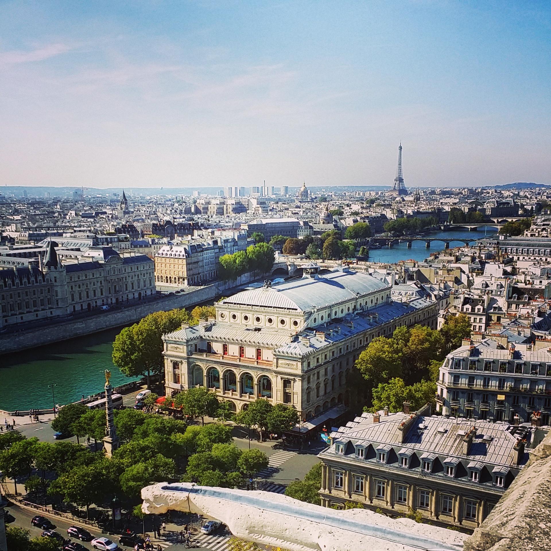 Vue sur la Place et le Théâtre du Châtelet Conciergerie la Tour Eiffel depuis la Tour Saint Jacques Paris visite photo by United States of Paris blog