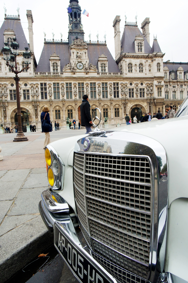 Avant Mercedes 280 SE vintage voiture de collection Parvis Hôtel de ville Paris Balade visite insolite de la capitale city tour balades photo blog United States of Paris