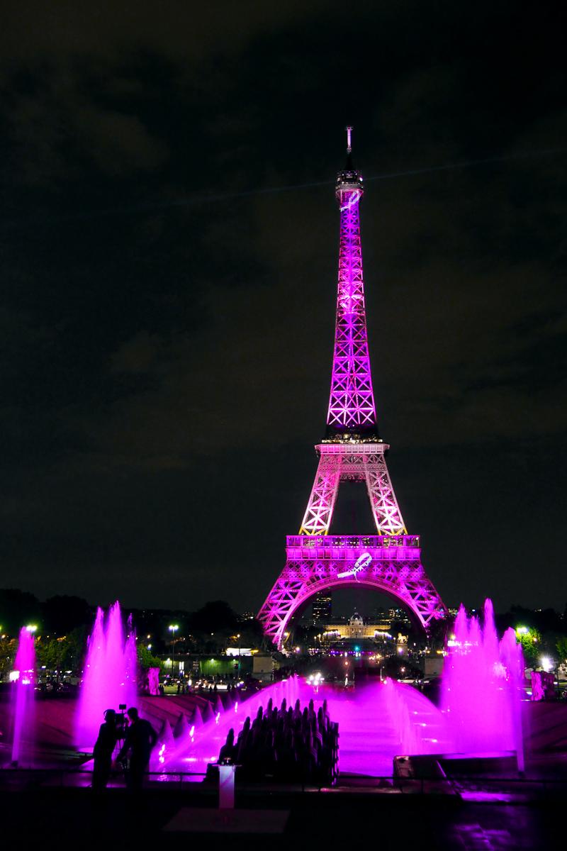 Tour-Eiffel-Octobre-Rose-Pink-Eiffel-Tower-lutte-contre-le-cancer-du-sein-photo-by-United-States-of-Paris-blog